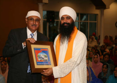 Chairman, GSSWH Board of Trustees, Prithvipal Singh Likhari presenting plaque to  Sant Anoop Singh Ji Unawale
